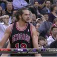 Joakim Noah, très énervé et expulsé, s'en prend aux arbitres lors du match entre les Bulls de Chicago et les Kings de Sacramento, à Sacramento le 3 février 2014