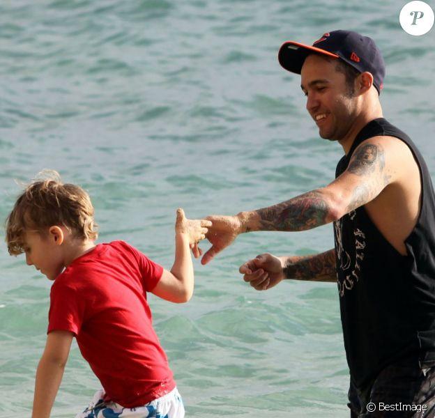 Exclusif - Pete Wentz à la plage avec son fils Bronx à Hawaii, le 26 janvier 2014.