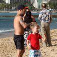 Exclusif - Pete Wentz à la plage avec son adorable fils Bronx à Hawaii, le 26 janvier 2014.