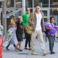 Brad Pitt et Angelina Jolie arrivent à l'aéroport de Los Angeles en provenance d'Australie avec leurs enfants, le 5 février 2014.