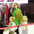 Angie, Knox et Vivienne - Brad Pitt, Angelina Jolie et leurs six enfants, Maddox, Pax, Shiloh, Zahara, Vivienne et Knox prennent l'avion à l'aéroport de Sydney, le 5 février 2014.