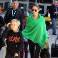Knox, Angie et derrière, Zahara - Les Brangelina arrivent au LAX, Los Angeles, le 5 février 2014.