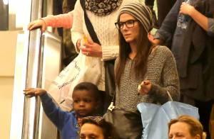 Sandra Bullock : Look geek avec Louis pour une sortie ciné