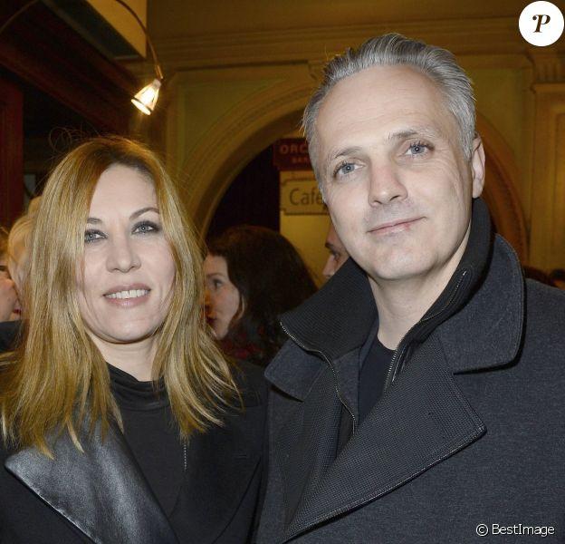 """Mathilde Seigner et son compagnon Mathieu Petità la générale de la pièce """"La porte à côté"""" au Théâtre Édouard VII à Paris, le 10 fevrier 2014."""