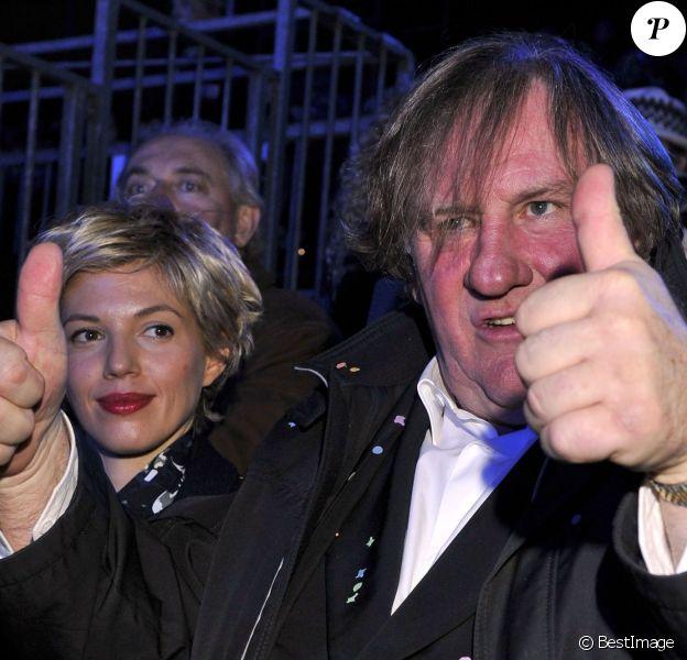 Gérard Depardieu déchaîné sous les yeux de sa compagne Clémentine Igou à la soirée d'ouverture du 130ème Carnaval de Nice, le 14 février 2014, place Masséna.