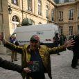 Moustique (Michel Grégoire) lors de l'inauguration de la plaque commémorative Golf Drouot par le maire de Paris Bertrand Delanoë située sur le fronton du N°2 de la rue Drouot dans le IXe arrondissement de Paris, le 24 février 2014, ancienne adresse de la mythique boîte de rock Golf-Drouot.
