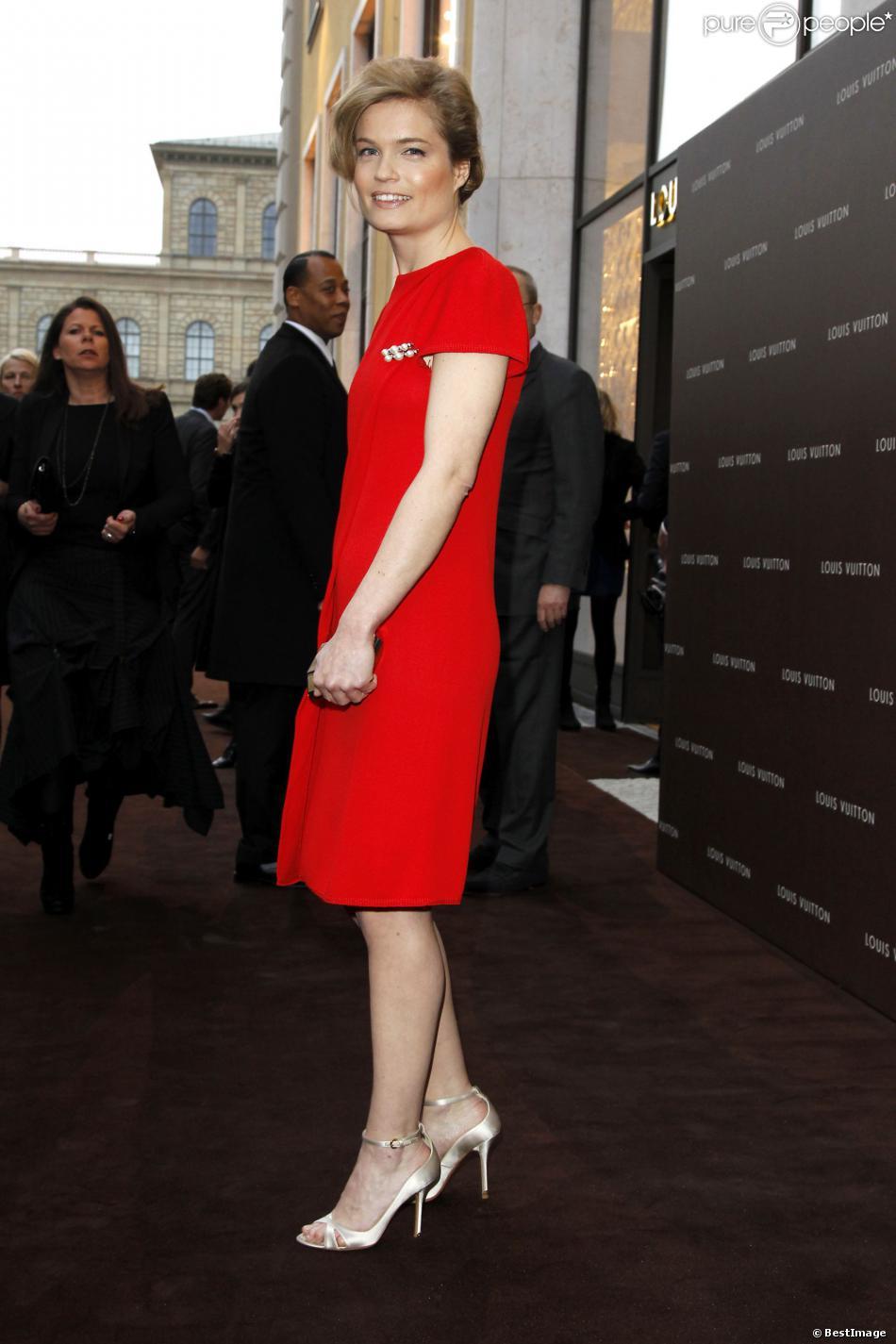 """Sarah Biasini lors de l'ouverture de la boutique """"Louis Vuitton Maison"""" à Munich, le 23 avril 2013"""
