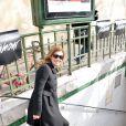"""Valérie Trierweiler s'engouffre dans le métro parisien à la sortie du défilé de mode """"Christian Dior"""" qui se déroulait au musée Rodin à Paris, le 28 février 2014"""