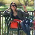 """Jessica Alba détendue au parc de """"Coldwater Canyon"""" à Beverly Hills, le 8 mars 2014."""
