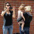 """Jessica Alba en famille avec son mari Cash Warren et ses filles Honor et Haven au parc de """"Coldwater Canyon"""" à Beverly Hills, le 8 mars 2014."""