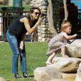 """Jessica Alba photographie sa petite Haven au parc de """"Coldwater Canyon"""" à Beverly Hills, le 8 mars 2014."""