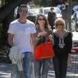 """Jessica Alba et Cash Warren avec leurs filles Honor et Haven au parc de """"Coldwater Canyon"""" à Beverly Hills, le 8 mars 2014."""