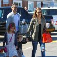 """Jessica Alba et Cash Warren et ses filles Honor et Haven au """"Country Mart"""" à Brentwood, le 8 mars 2014."""