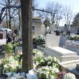 Les couronnes de fleurs lors de l'inhumation d'Alain Resnais au cimetière du Montparnasse à Paris le 10 mars 2014