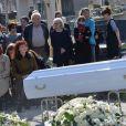 Camille Bordes-Resnais, Sabine Azéma lors de l'inhumation d'Alain Resnais au cimetière du Montparnasse à Paris le 10 mars 2014