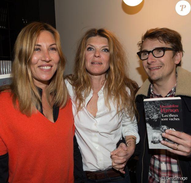 """Mathilde Seigner, Gwendoline Hamon et Lorànt Deutsch à la dédicace du livre de Gwendoline Hamon """"Les dieux sont vaches"""" à la boutique de Sarah Lavoine à Paris, le 10 mars 2014."""