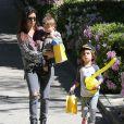 Kourtney Kardashian et ses deux enfants Mason et Penelope à Beverly Hills, le 8 mars 2014.