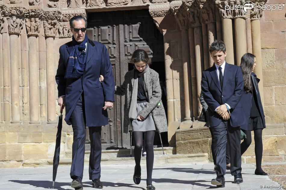 Jaime de Marichalar quitte l'église Santo Domingo avec ses enfants Felipe et Victoria, issus de son mariage avec Elena d'Espagne, lors des funérailles de sa mère María de la Concepción Sáenz de Tejada y Fernández de Boadilla, célébrées le 16 mars 2014 à Soria.
