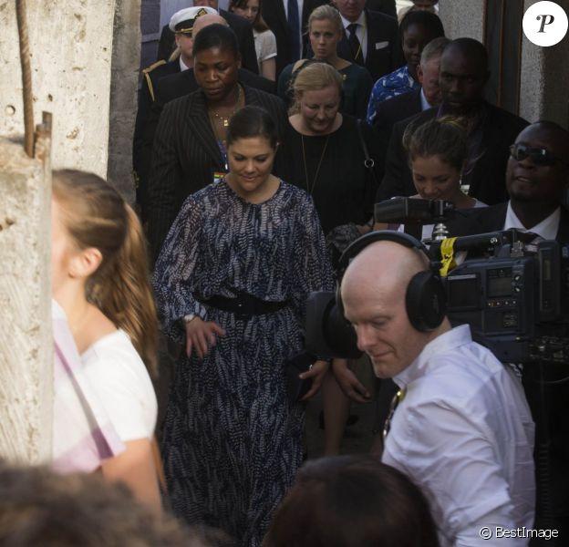 La princesse Victoria de Suède arrive dans un bidonville du quartier de Nima à Accra, au Ghana, le 17 mars 2014 dans le cadre d'une visite officielle promotionnelle au Ghana et en Tanzanie du 17 au 21 mars.