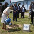 La princesse Victoria de Suède plante un arbre au centre International Kofi Annan pour le maintien de la paix à Accra, le 18 mars 2014.