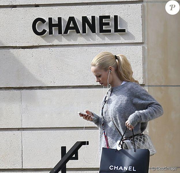 Helena Seger sort de la boutique Chanel située Avenue Montaigne, le 19 mars 2014 à Paris