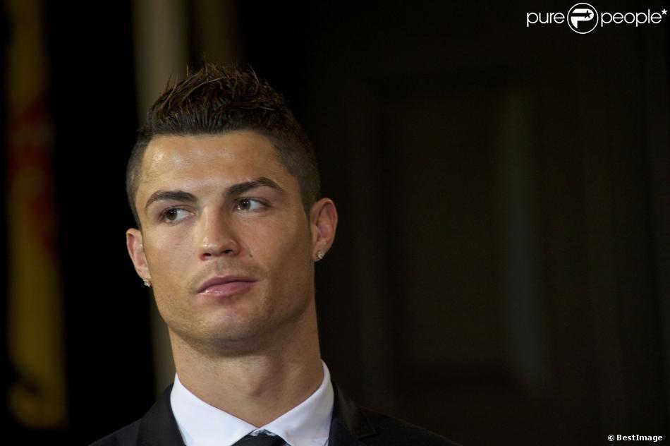 Cristiano Ronaldo decoré par le président portugais Anibal Cavaco Silva de la médaille du grand officier de l'Ordre de l'Infant Dom Henri lors d'une cérémonie au palais présidentiel à Lisbonne le 20 janvier 2014