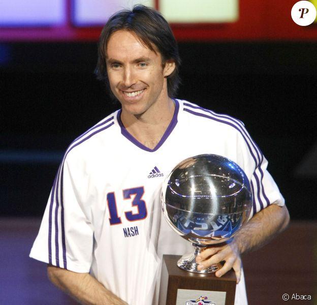 Steve Nash reçoit le trophée du meilleur meneur lors du NBA All-Star Game à l'American Airlines Center de Dallas, le 13 février 2010
