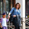 Paris Jackson avec sa petite-cousine dans les rues de Calabasas à Los Angeles, le 22 mars 2014.