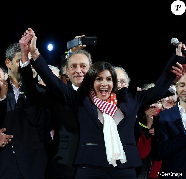 Anne Hildago, au côté de Bertrand Delanoë, célèbre sa victoire la place de l'hôtel de Ville à Paris, le 30 mars 2014.