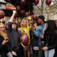 Rita Ora fête la sortie de son nouveau single, I will never let you down, avec un lâcher de ballons sur Leicester Square. Londres, le 31 mars 2014.