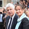 L'ancien ministre de l'Ecologie, du Développement durable et de l'Energie Philippe Martin accueille la nouvelle ministre de l'Ecologie, du Développement durable et de l'Energie Ségolène Royal pour la passation de pouvoir au ministère de l'Ecologie, à Paris, le 2 avril 2014.