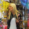 """L'actrice Tori Spelling sur le tournage de son émission de télé réalité """"True Tori"""" à Studio City. Le 3 avril 2014."""
