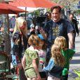 """Tori Spelling avec ses enfants sur le tournage de son émission de télé réalité """"True Tori"""" à Studio City, le 3 avril 2014."""