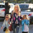 Tori Spelling avec ses enfants dans les rues de Los Angeles, le 1er avril 2014.