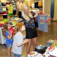 Tori Spelling fait du shopping avec sa fille Stella et son fils Liam à Los Angeles, le 30 mars 2014.