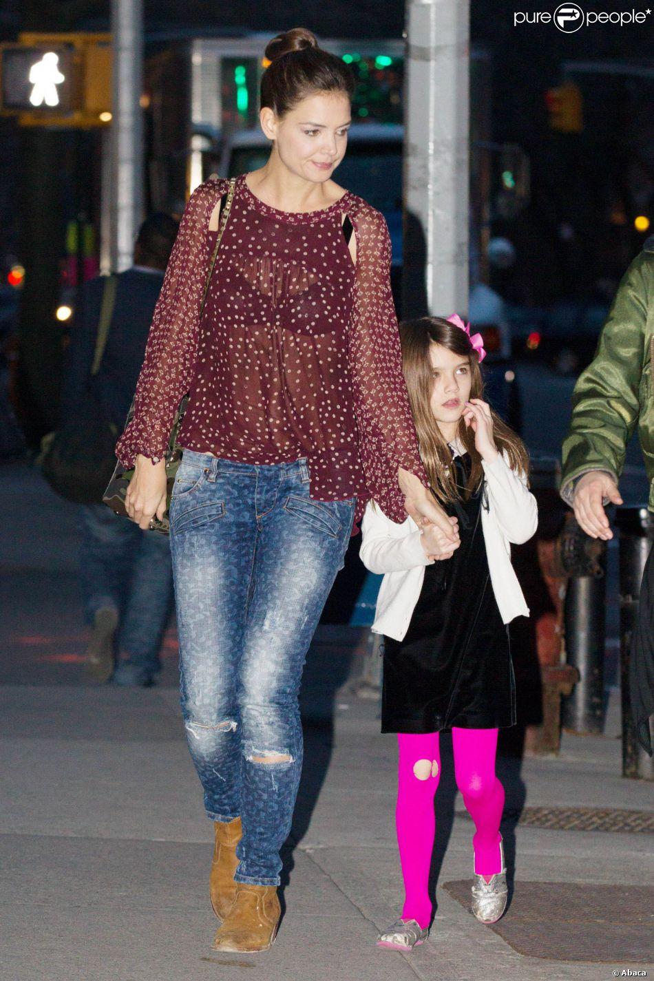 Suri Cruise et Katie Holmes sur le plateau de tournage de la nouvelle série de l'actrice, à New York, le 3 avril 2014.