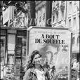 Valérie Kaprisky devant l'affiche du film A bout de souffle made in USA à Paris en 1983