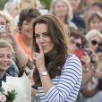 Kate Middleton, d'humeur espiègle, et le prince William étaient en visite à Auckland le 11 avril 2014 dans le cadre de leur tournée en Nouvelle-Zélande. Après une visite de la base de l'Emirates Team New Zealand, ils se sont affrontés lors d'une course nautique, que la duchesse de Cambridge a remportée haut la main.