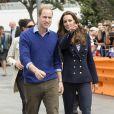 ''Tu vois, chéri, c'est avec ce bateau-là que je vais te mettre la pâtée !'' Kate Middleton et le prince William étaient en visite à Auckland le 11 avril 2014 dans le cadre de leur tournée en Nouvelle-Zélande. Après une visite de la base de l'Emirates Team New Zealand, ils se sont affrontés lors d'une course nautique, que la duchesse de Cambridge a remportée haut la main.