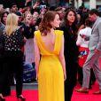 """Emma Stone en Atelier Versace lors de la première du film """"The Amazing Spider-Man 2 : le destin d'un Héros"""" au cinéma Odeon Leicester Square à Londres, le 10 avril 2014."""