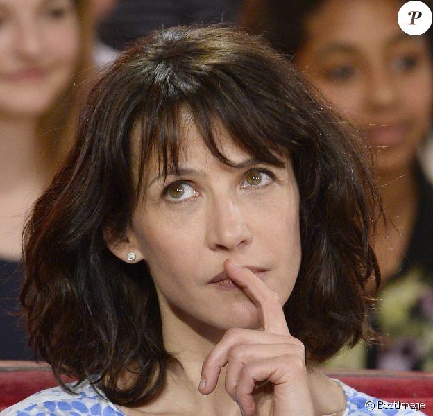 """Sophie Marceau durant l'enregistrement de l'émission """"Vivement Dimanche"""" à Paris le 9 avril 2014."""