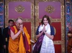 PHOTOS : Carla Bruni rencontre le dalaï lama, une humble disciple...