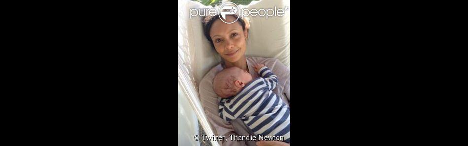 Thandie Newton a présenté son dernier fils sur Twitter, Booker Jombe Parker, né en mars 2014.