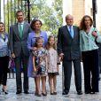 La princesse Letizia d'Espagne, Prince Felipe, la reine Sofia, les deux princesses Sofia et Leonor, le roi Juan Carlos et l'infante Elena lors de la messe de Pâques à Palma de Majorque le 20 avril 2014.