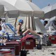 Exclusif - Dree Hemingway profite d'une après-midi ensoleillée sur une plage de Miami. Le 23 avril 2014.