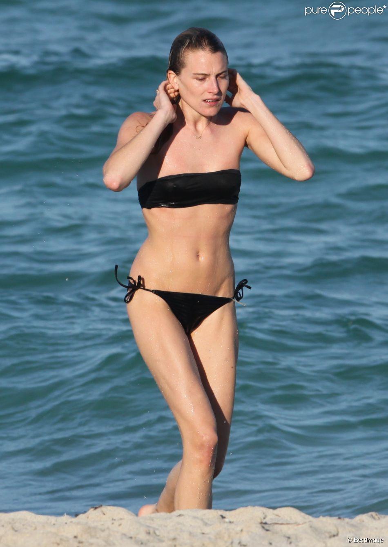 Exclusif - Dree Hemingway, en bikini noir, profite d'une après-midi ensoleillée sur une plage de Miami. Le 23 avril 2014.