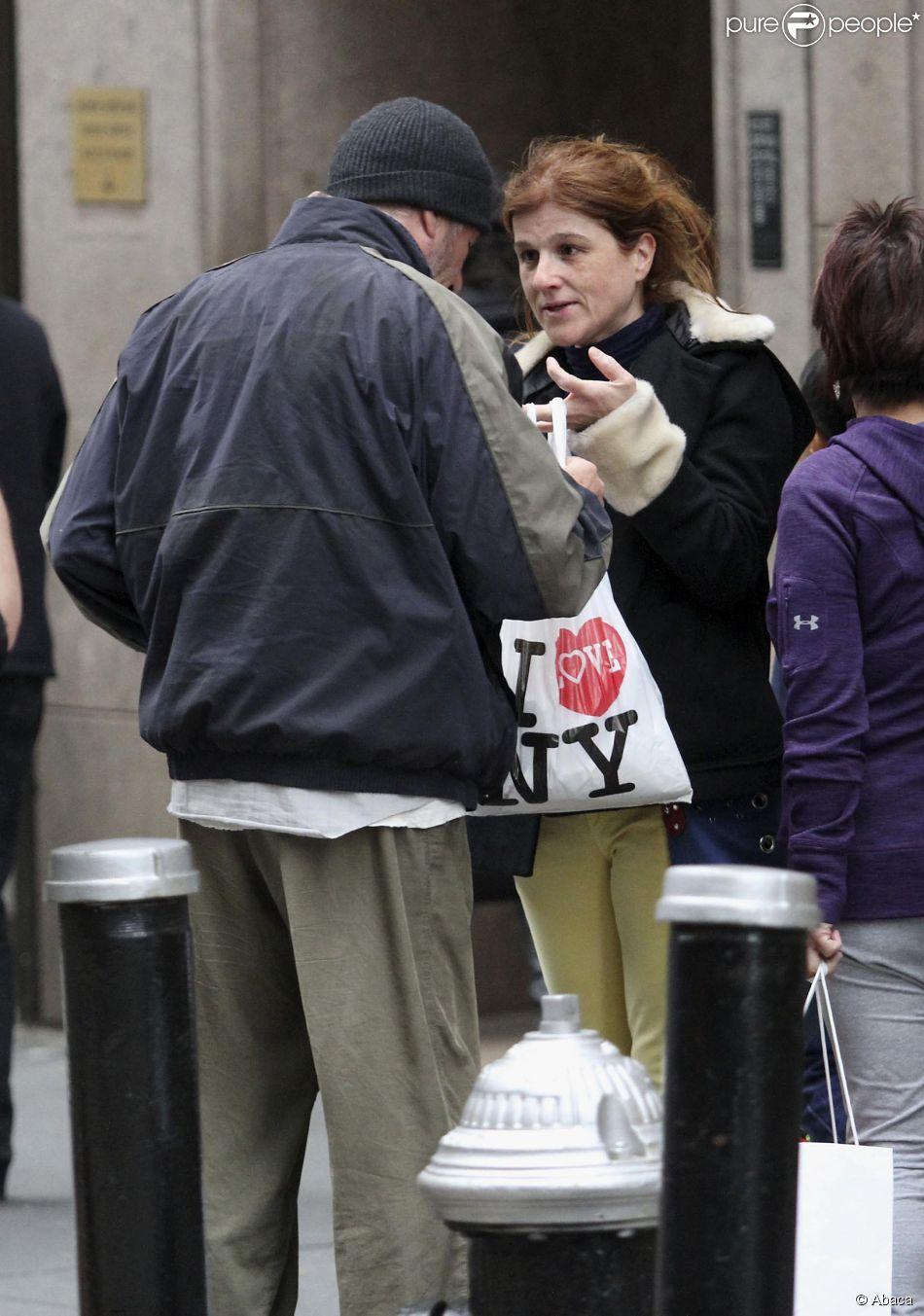 Richard Gere se voit offrir des restes de pizza par une touriste française, Karine, 42 ans, pendant le tournage de son film près de Grand Central à Manhattan, New York, le 22 avril 2014.