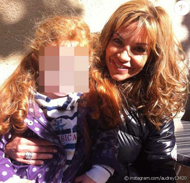 """""""Ma petite soeur sur les genoux d'Ingrid Chauvin ! #ingridchauvin #tournage #telefilm #france3 #gemenos"""". Avril 2014."""