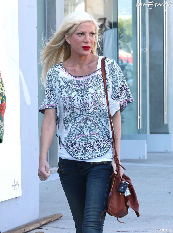 Tori Spelling, très amaincie, se promène avec une amie à West Hollywood, le 31 mars 2014.