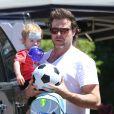 Dean McDermott avec son fils Finn à Los Angeles, le 24 avril 2014.